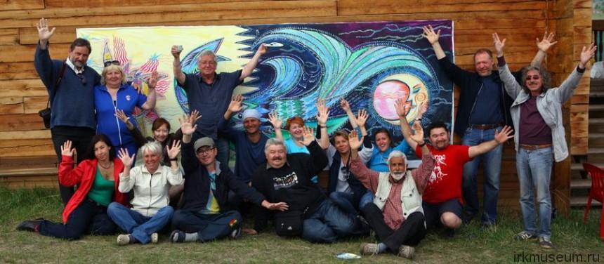 Участники фестиваля с общей работой Загадочная рыба озера Байкал